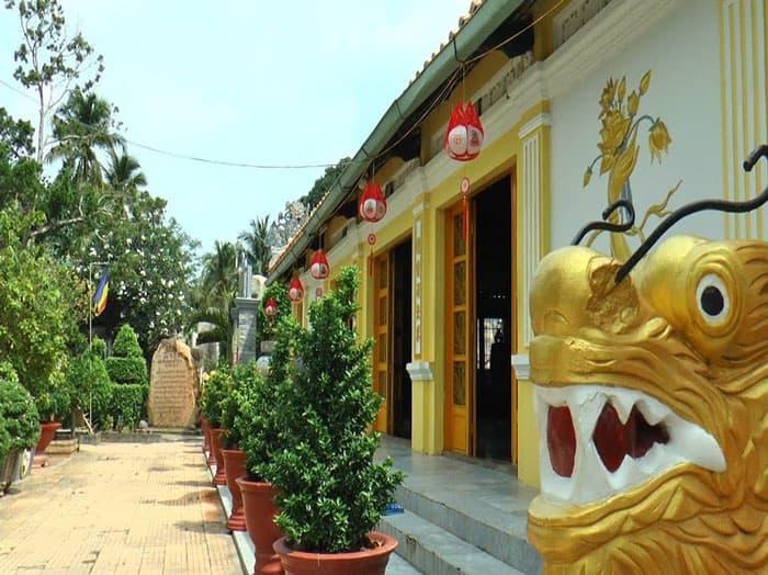 Khuôn viên bên trong chùa Sắc Tứ Linh Thứu cổ tự