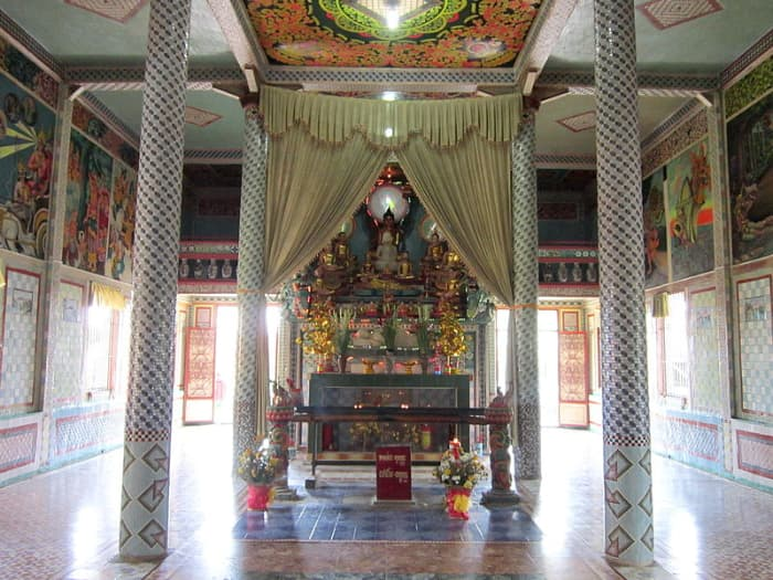 Chánh điện chùa Chén Kiểu (chùa Sà Lôn)