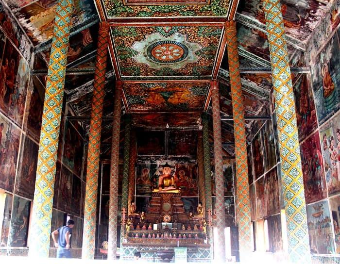 Bên trong chánh điện chùa Xiêm Cán