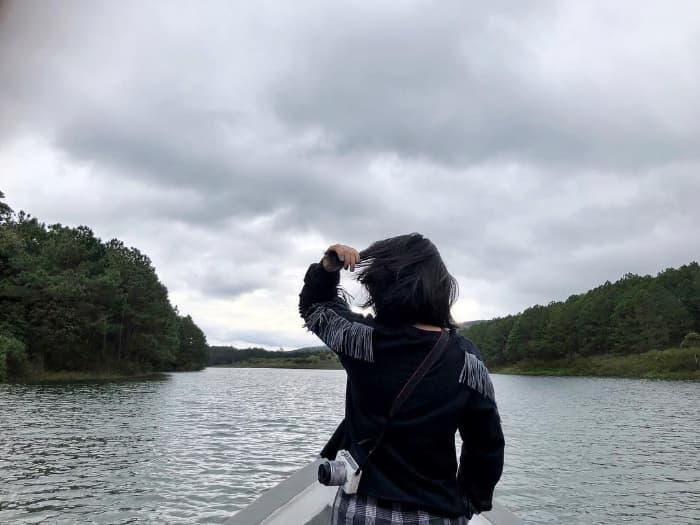 Đi thuyền ngắm cảnh ở Hồ Tuyền Lâm