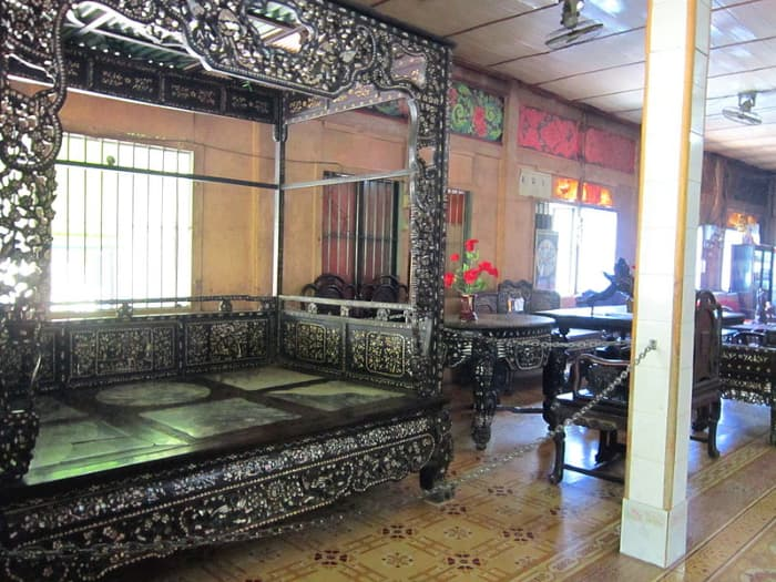 Những bộ đồ gỗ của gia đình công tử Bạc Liêu Trần Trinh Huy được trưng bày tại chùa