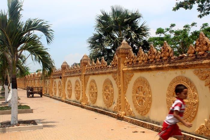 Hàng rào bao quanh chùa Xiêm Cán (Bạc Liêu)