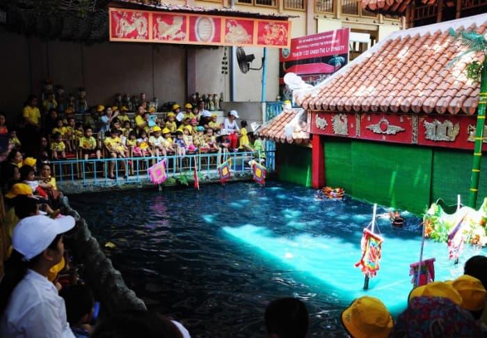 Xem múa rối nước ở nhà hát nghệ thuật Phương Nam (bên trong Bảo tàng lịch sử Việt Nam)