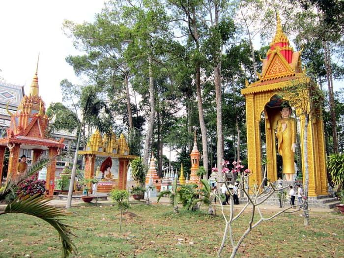Khu vườn tháp ở chùa Chén Kiểu