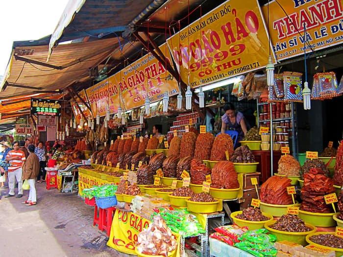 Các gian hàng mắm ở chợ Châu Đốc