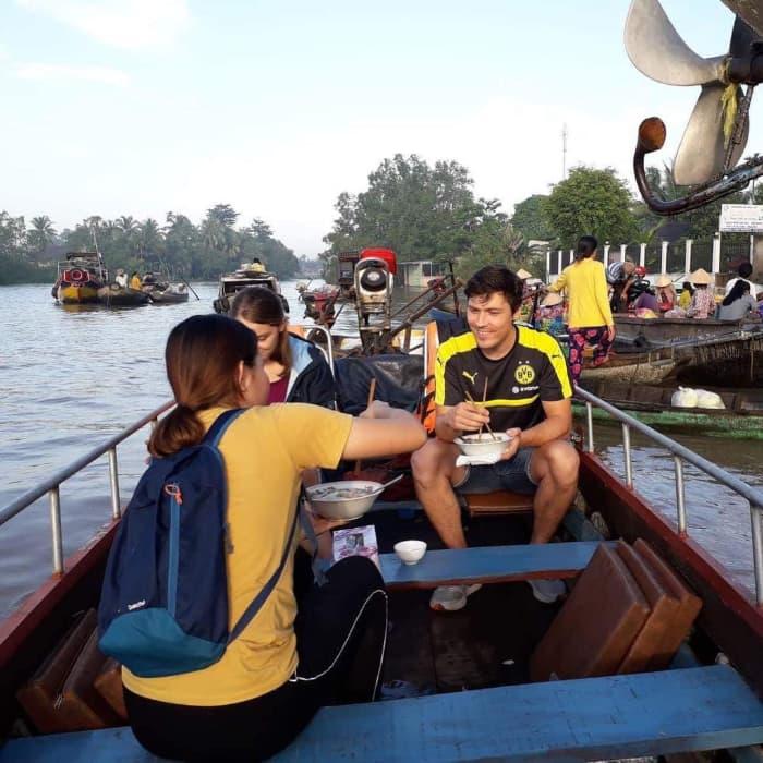 Du khách ăn sáng trên thuyền tại chợ nổi Phong Điền