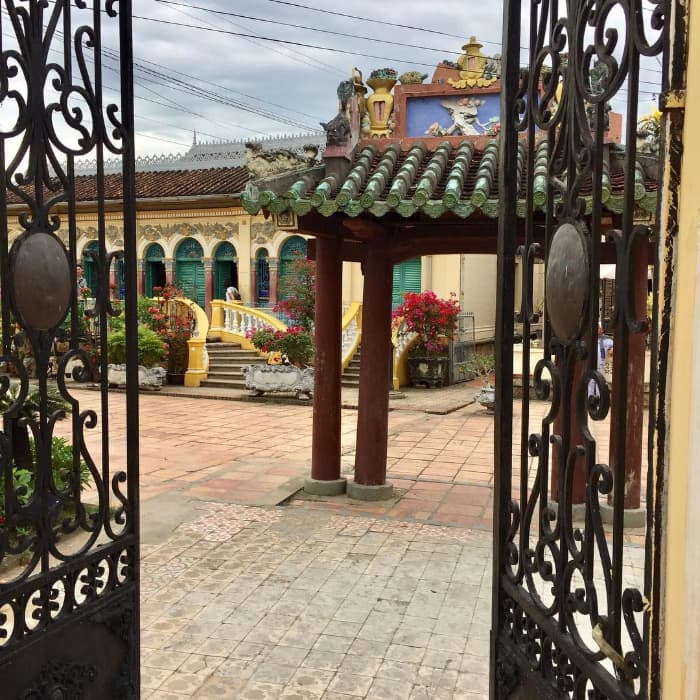 Cổng đi vào nhà cổ Bình Thủy (Cần Thơ)