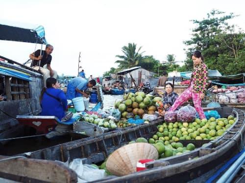 Hoạt động mua bán ở chợ nổi Cái Bè - một địa điểm du lịch ở Tiền Giang