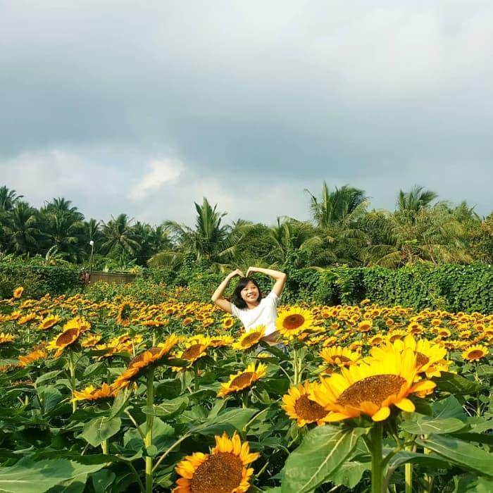 Du khách chụp hình tại Vườn hoa Mãn Đình Hồng ở Tiền Giang