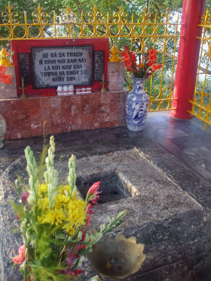Bệ đá sa thạch - nơi ngự của tượng Bà Chúa Cứ khi xưa