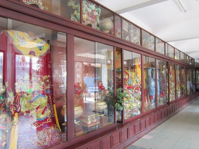 Chỗ trưng bày áo bà và các hiện vật quý