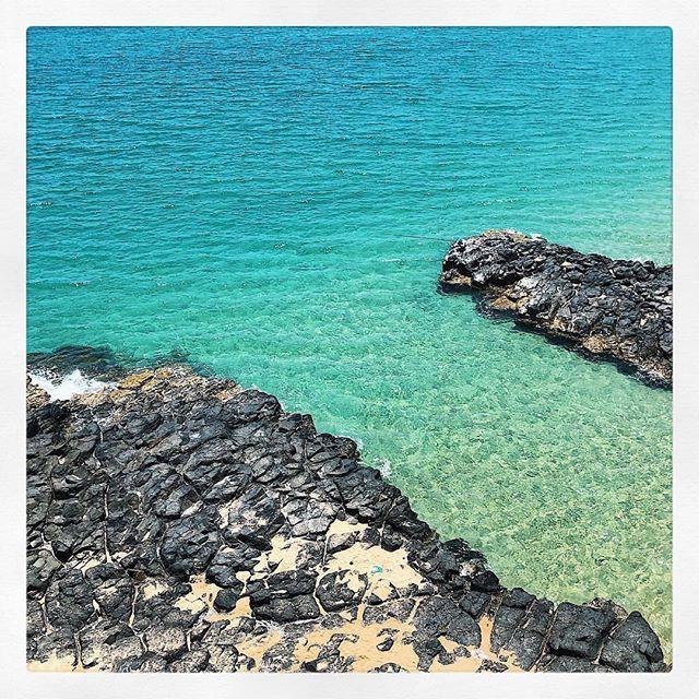 Nước biển trong xanh nhìn thấy đáy
