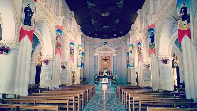 Bên trong nhà thờ