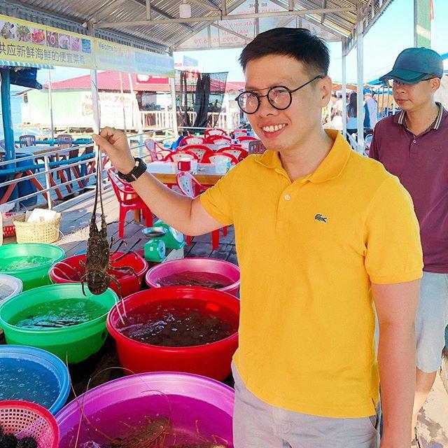 Du khách mua hải sản ở chợ Hàm Ninh