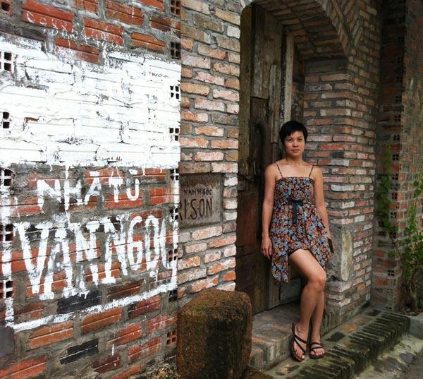 Du khách chụp hình ở nhà tù Văn Ngọc