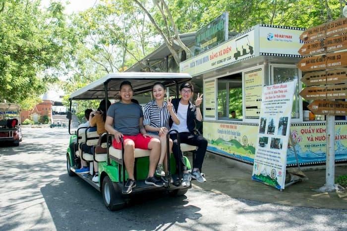 Tham quan Hồ Mây Park bằng xe điện