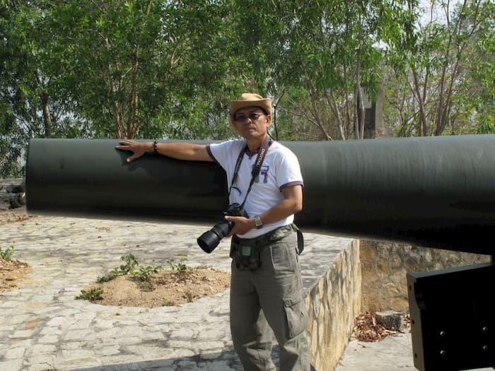 Du khách tham quan và chụp hình tại trận địa pháo đài cổ
