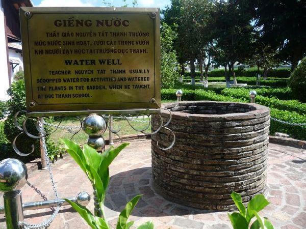 giếng nước trong khuôn viên trường